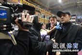 图文:北京男篮主场胜八一 阿的江接受采访
