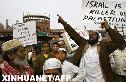 1月16日,在印度首都新德里,穆斯林民众在周五聚礼结束后聚集在该市地标建筑贾玛清真寺前,抗议以色列狂轰加沙的军事行动。 新华社/法新