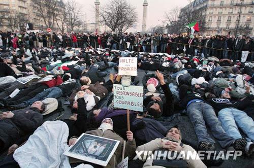 1月10日,在法国首都巴黎,示威者躺在地上参加反战游行,抗议以色列军队在加沙的军事行动。新华社/法新