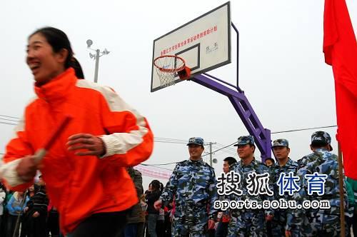 图文:奥运冠军访东汽中学 赛艇冠军金紫薇赛跑