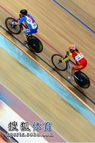 图文:自行车世界杯北京站开战 郭爽追逐对手