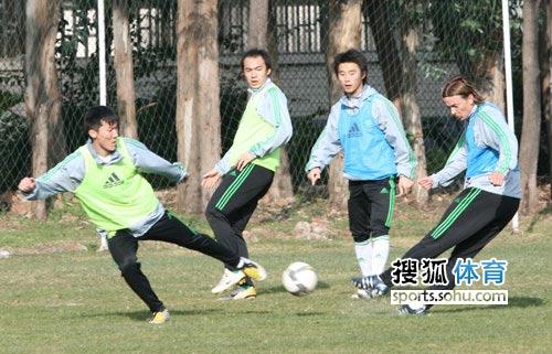 图文:北京国安队内分组对抗 周挺格里菲斯对脚