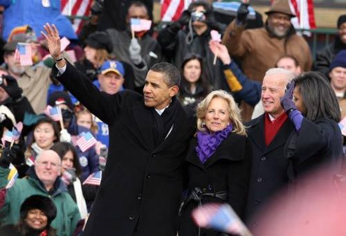 1月17日,在美国特拉华州威尔明顿的美铁火车站欢迎仪式现场,美国当选总统奥巴马、当选副总统拜登夫妇和奥巴马妻子米歇尔(从左至右)向台下观众致意。