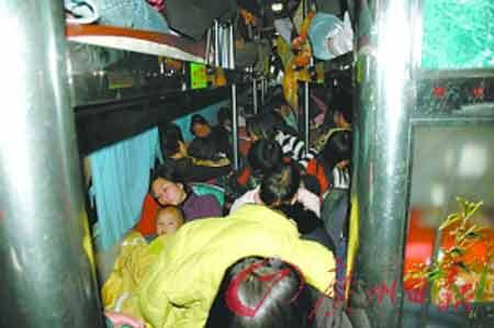 超载卧铺大巴里,乘客挤得水泄不通。