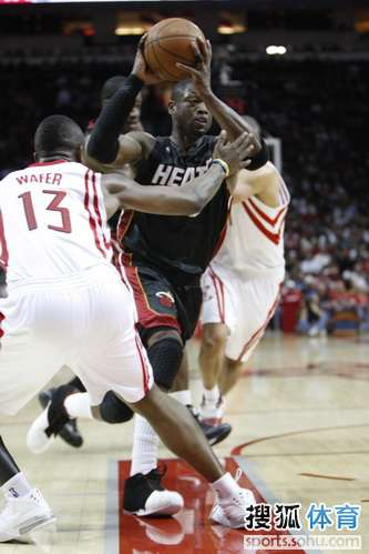 图文:[NBA]火箭胜热火 韦德突破沃弗