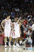 图文:[NBA]火箭胜热火 沃弗抚摸受伤部位