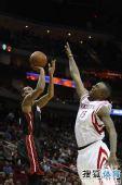 图文:[NBA]火箭胜热火 沃弗欲封盖对手投篮