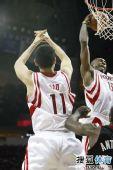 图文:[NBA]火箭胜热火 沃弗抓下篮板