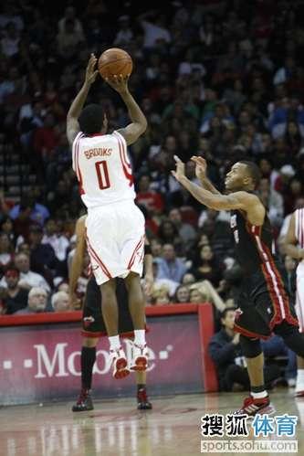 图文:[NBA]火箭胜热火 小布外线出手