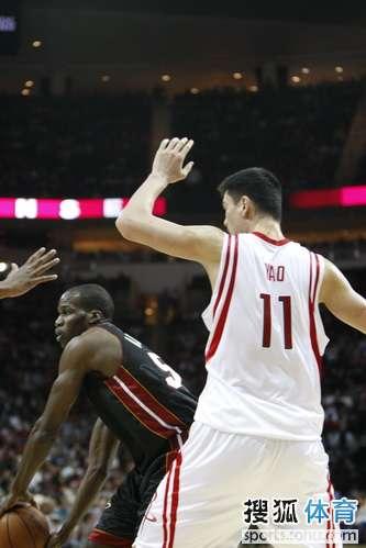 图文:[NBA]火箭胜热火 姚明防守不遗余力