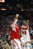图文:[NBA]火箭胜热火 姚明穆大叔为队友叫好