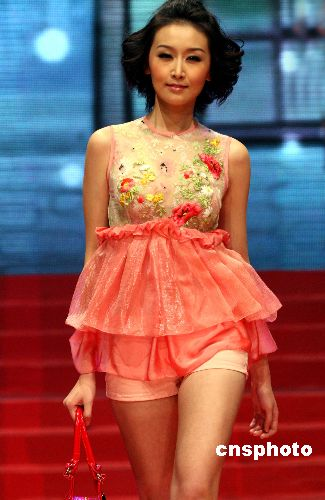图:模特冠军汇聚广西卫视演绎新春时尚