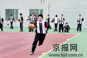 任厚非摄图为汇文中学初三学生正在体育课上练习运球。