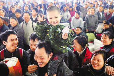 1月18日,福州火车站候车大厅,小旅客李卓尧坐在爷爷的肩膀上检票进站。李 涛摄(新华社发)
