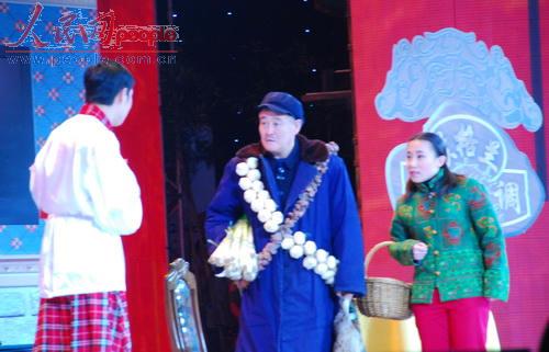 赵本山和徒弟小沈阳在表演小品《不差钱》。(人民网记者文松辉摄影)