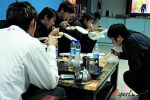 在讨薪过程中,深足队员用盒饭来填饱肚子。