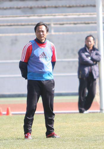 图文:足球教练员培训 沈祥福听讲