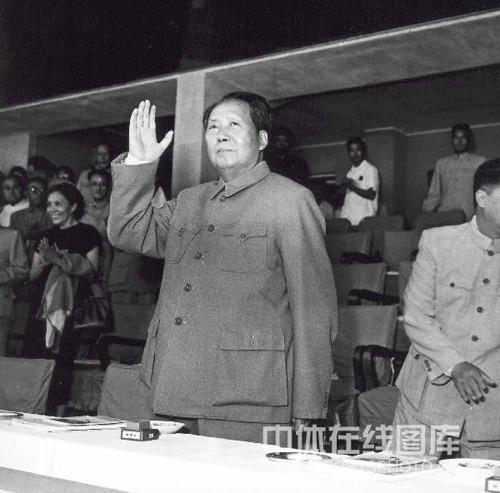 毛主席向运动员招手