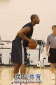 图文:[NBA]篮网训练备战 西蒙斯罚球