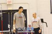 图文:[NBA]篮网训练备战 训练师叮嘱一番