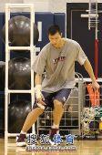 图文:[NBA]篮网训练备战 阿联做下肢训练