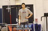 图文:[NBA]篮网训练备战 阿联叉腰