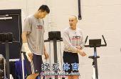 图文:[NBA]篮网训练备战 阿联和训练师训练
