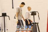 图文:[NBA]篮网训练备战 阿联走向健身房