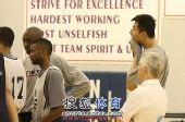 图文:[NBA]篮网训练备战 阿联躲在后面