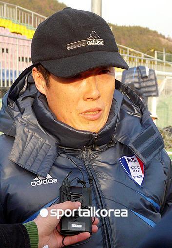 图文:李玮峰赴韩 车范根接受采访