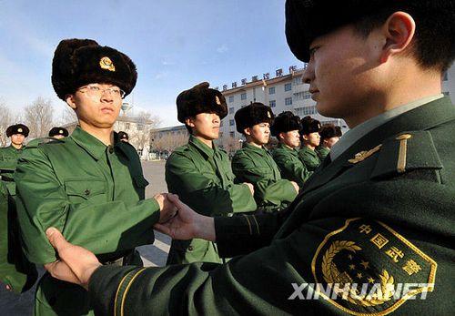武警边防部队167名大学生新兵进行冬训图片