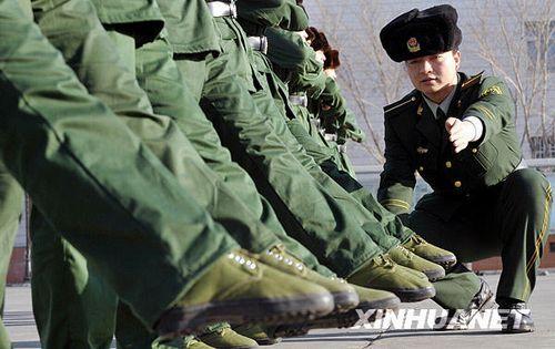 武警边防部队乌鲁木齐指挥学校教官在指导大学生新兵进行正步训练-图片