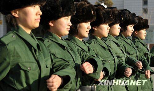 武警边防部队乌鲁木齐指挥学校的女大学生新兵在队列训练中-武警边图片