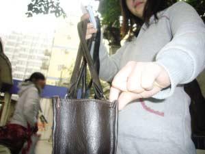 张小姐挎包内的皮包被小偷盗走 本报记者 周凡力 摄