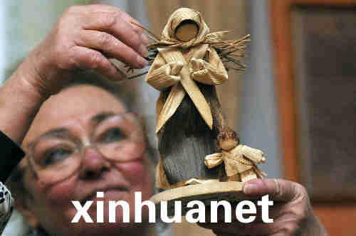 幼儿园女教师乌利奇尼阿尔帕德妮擅长用玉米皮制作
