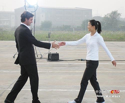 两人准备握手