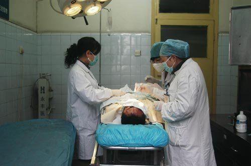 肇事者在医院接受治疗
