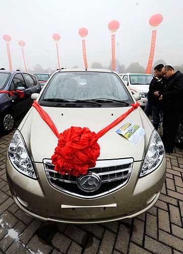 """1月9日,湖南省在长沙县启动了""""汽车下乡""""试点活动,当地农民购买汽车,除了厂家让利优惠外,政府还将给予补贴和贷款贴息。图为消费者在""""汽车下乡""""活动现场选购长丰猎豹汽车。本报记者:龙弘涛 摄"""