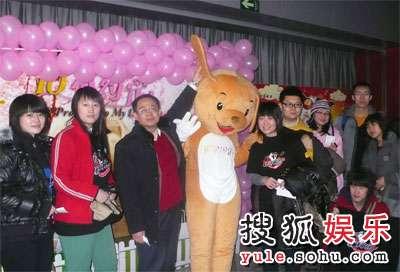 搜狐电影评审团网友在海报前合影