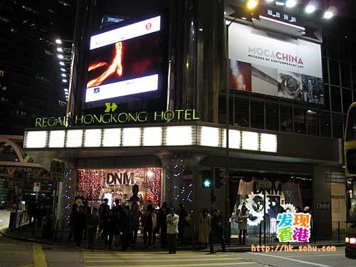 商场的外观像一座电影院