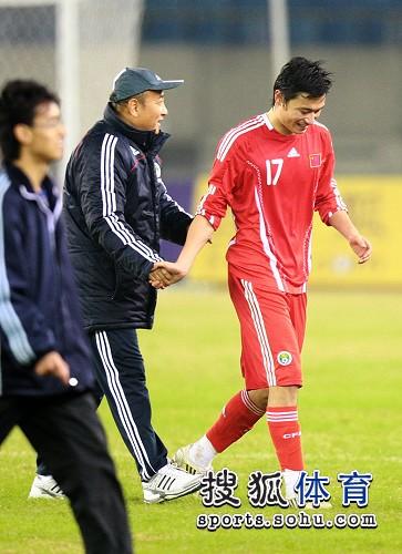 图文:[亚预赛]国足6-1越南 殷铁生与郜林祝贺