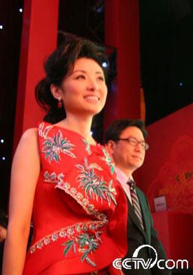 周涛的红色礼服让她宛如新娘