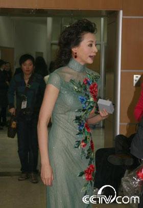 董卿橄榄绿色礼服清新淡雅,是春晚舞台上少见的款式