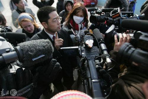 2009年1月22日,河北石家庄中级人民法院外,一为食用问题奶粉后患病死亡孩子的家属在哭泣。三聚氰胺 三鹿奶粉 受害家属