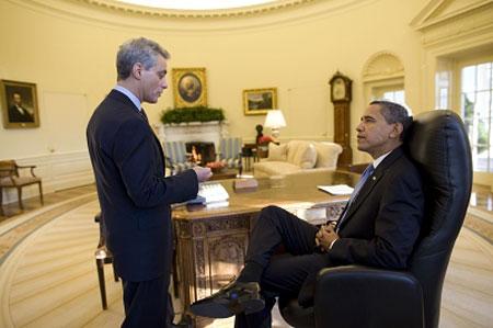 21日,白宫办公厅主任伊曼纽尔向奥巴马做当天日程简报。IC图