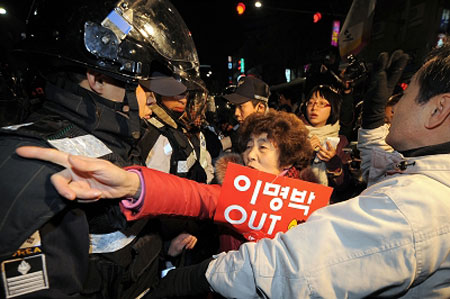 首尔市民集会抗议拆迁户惨死,与警方发生冲突。IC 图