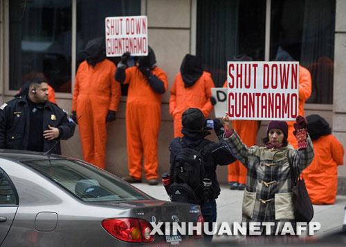 1月13日,在美国首都华盛顿,抗议者装扮成美国设在古巴的关塔那摩监狱中囚犯的样子,呼吁美国政府关闭关塔那摩监狱。新华社/法新