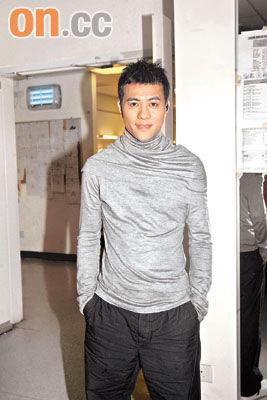 梁汉文前晚为《劲歌金曲》录影