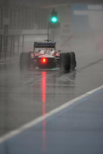 格洛克雨中行驶