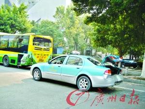 中山大道两车追尾撞坏出租车